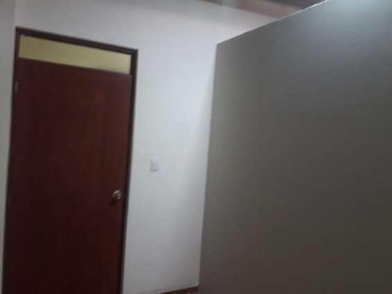 Alquilo habitacion grande con 2 amb. en ventanilla alta